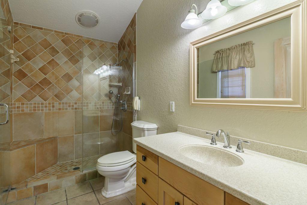 Cottage: Bathroom